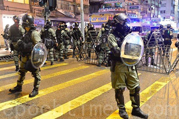 2019年10月6日,警察在亞皆老街洗衣街現場。(余天佑/大紀元)