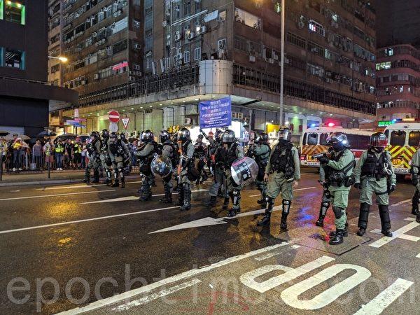 2019年10月6日,警察在旺角現場。(黃曉翔/大紀元)