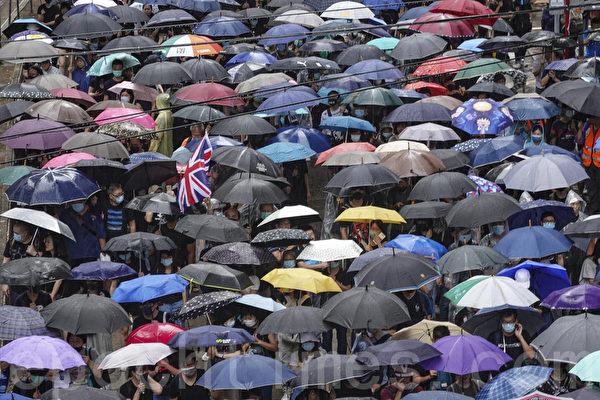 2019年10月6日,港人在港島及九龍舉行「反緊急法」大遊行。圖為港島的遊行隊伍組成一片傘海。(余鋼/大紀元)