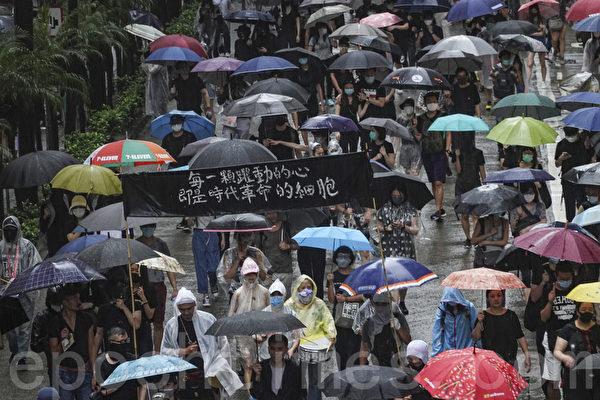 2019年10月6日,港人在港島及九龍舉行「反緊急法」大遊行。圖為港島的隊伍,民眾持「每一顆跳動的心即是時代革命的細胞」的橫幅表達心聲。(余鋼/大紀元)