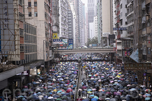 2019年10月6日,港人在港島及九龍舉行「反緊急法」大遊行。圖為港島的遊行隊伍。(余鋼/大紀元)