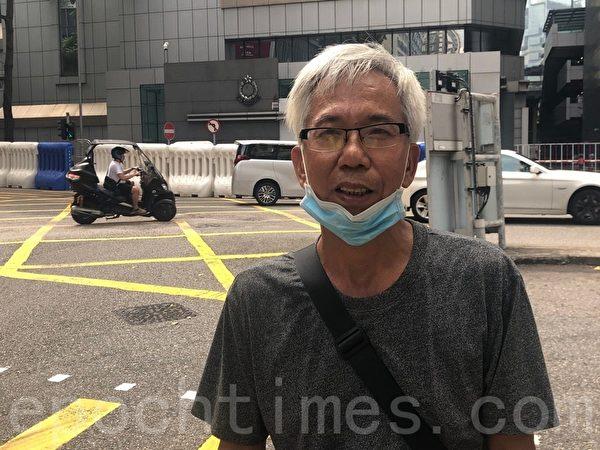 2019年10月12日,香港銀髮族在灣仔警察總部發起「銀髮族警總靜坐48小時」,圖為銀髮族、香港市民楊澤民。(梁珍/大紀元)