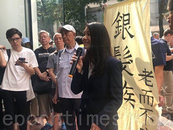 2019年10月12日,香港銀髮族在灣仔警察總部發起「銀髮族警總靜坐48小時」,圖為麥雅媛大律師講解被捕後的注意事項。(梁珍/大紀元)