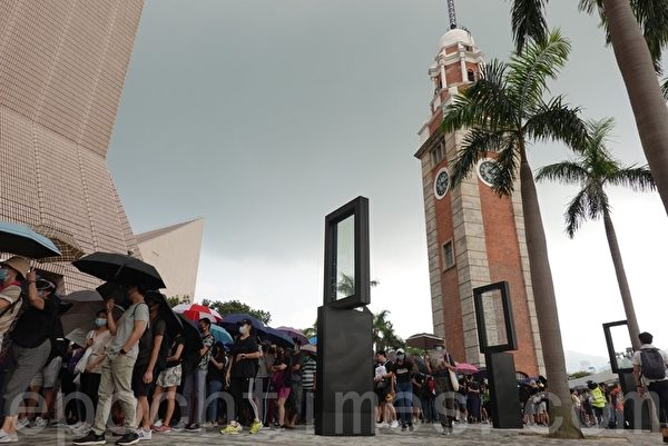 2019年10月12日,香港民眾「反緊急法遊行」,民眾走出尖沙咀鐘樓。(余鋼/大紀元)