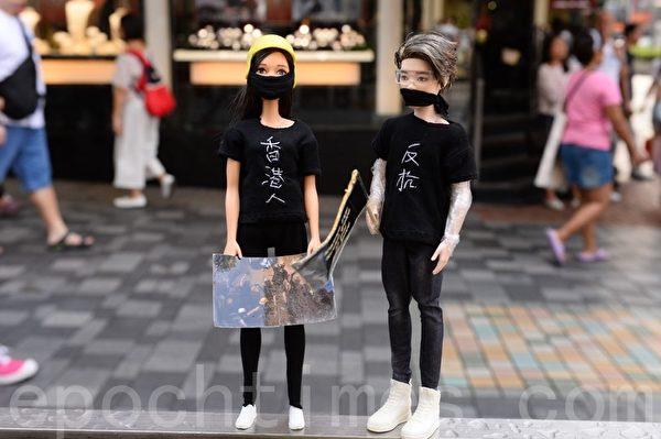 2019年10月12日,香港民眾「反緊急法遊行」,尖沙咀遊行。圖為兩女孩人偶。(宋碧龍/大紀元)