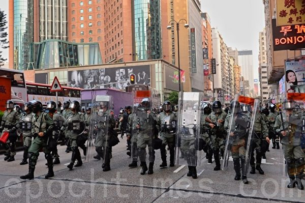 2019年10月12日,香港民眾「反緊急法遊行」。尖沙咀遊行。有一群警察在佐敦戒備。(宋碧龍/大紀元)
