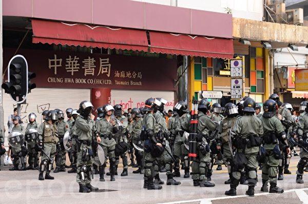 2019年10月12日,香港民眾「反緊急法遊行」。大量防暴警察在中華書局前駐守。(宋碧龍/大紀元)