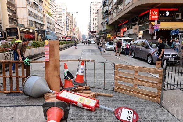 2019年10月12日,香港民眾「反緊急法遊行」。深水埗路障。(宋碧龍/大紀元)