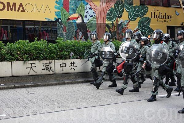 2019年10月12日,香港民眾「反緊急法遊行」。防暴警察在油麻地清場。(余鋼/大紀元)