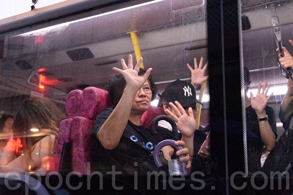 2019年10月12日,青山道巴士為抗爭者加油。(宋碧龍/大紀元)