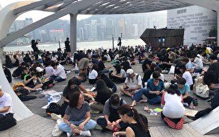 组图:港民尖沙咀海滨公园折数千纸鹤集气