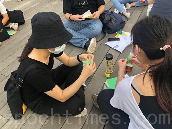 10月13日,香港女孩Joyce(左)和W小姐(右)。(梁珍/大紀元)