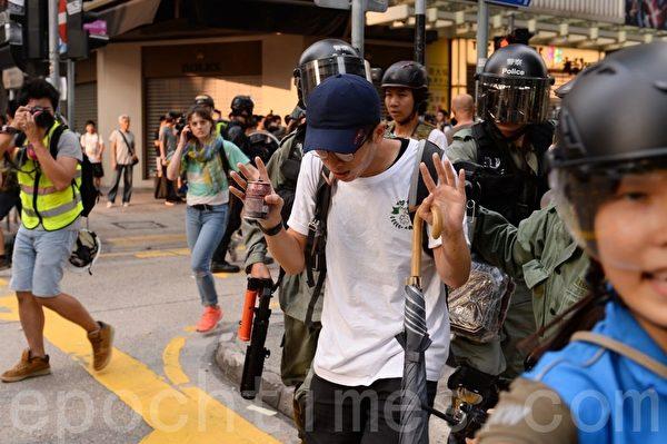 2019年10月13日,港人在18區商場進行「和勇一家 遍地開花」活動。圖為旺角登打士街,警察拘捕民眾。(宋碧龍/大紀元)