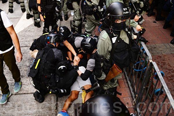 2019年10月13日,港人在18區商場進行「和勇一家 遍地開花」活動。圖為旺角登打士街,警察拘捕示威者。(宋碧龍/大紀元)