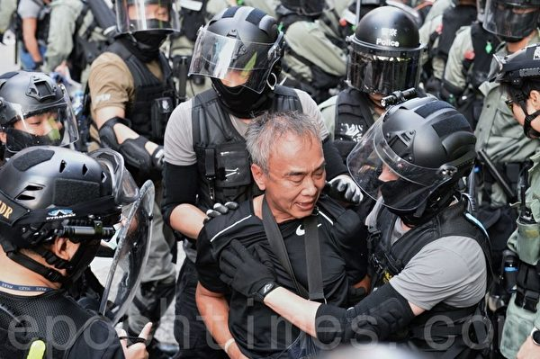 2019年10月13日,港人在18區商場進行「和勇一家 遍地開花」活動。圖為旺角登打士街,警方逮捕民眾。(宋碧龍/大紀元)