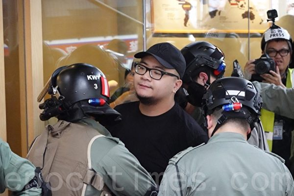 2019年10月13日,港人在18區商場進行「和勇一家 遍地開花」活動。圖為荃灣,防暴警察拘捕抗爭者。(余鋼/大紀元)
