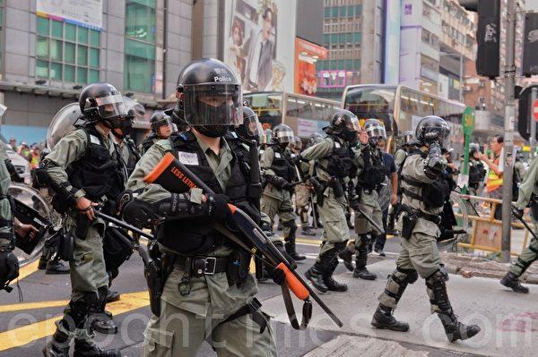 2019年10月13日,港人在18區商場進行「和勇一家 遍地開花」活動。圖為旺角防暴警察全副武裝清場。(宋碧龍/大紀元)