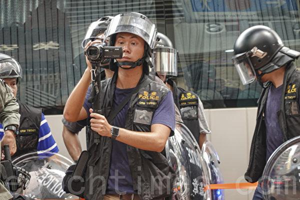 2019年10月13日,港人在18區商場進行「和勇一家 遍地開花」活動。圖為在荃灣沙嘴道出現大量防暴警察。(余鋼/大紀元)