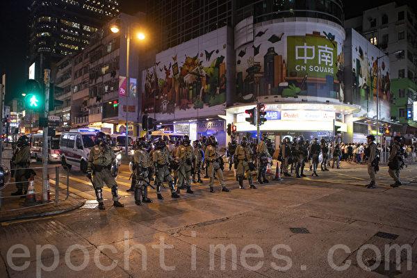 2019年10月13日,港人在18區商場進行「和勇一家 遍地開花」活動。圖為防暴警察在荃灣清場。(余鋼/大紀元)