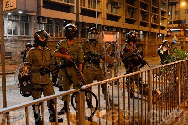 2019年10月13日晚,港人在18區商場進行「和勇一家 遍地開花」活動。圖為太子警署前防暴警察全副武裝。(宋碧龍/大紀元)