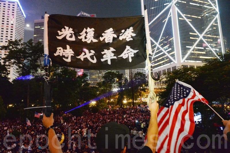 2019年10月14日晚上遮打花園集會,估計有13萬人參加。(宋碧龍/大紀元)
