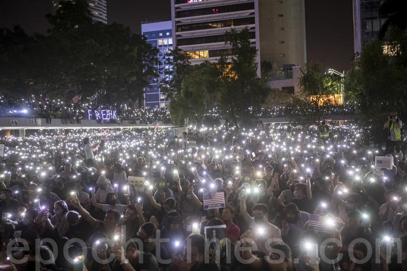 10月14日晚,香港人在遮打花園舉辦「香港人權民主法案集氣大會」,呼籲美國儘快通過《香港人權與民主法案》,超過13萬人參加。(余鋼/大紀元)
