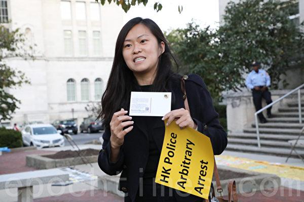 居住在美國的港人自製明信片,希望各個選區的國會議員能夠對香港相關議案表達支持。(林樂予/大紀元)