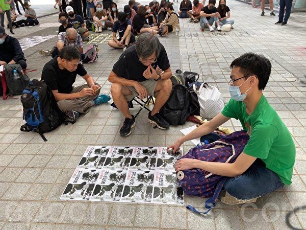 2019年10月17日,香港知專設計學院內,同學們追悼陳彥霖。(駱亞/大紀元)