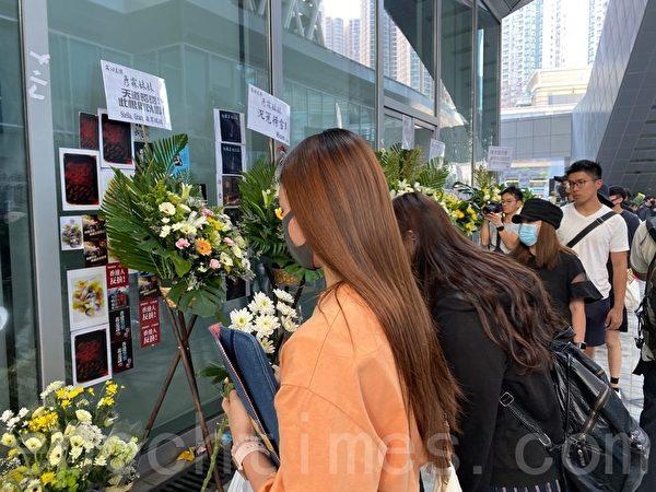 2019年10月17日,香港知專設計學院學生排隊獻花祭奠、追悼15歲女生陳彥霖,要求真相。(駱亞/大紀元)