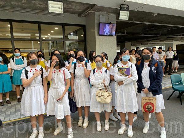 2019年10月18日,香港中學生在香港大學內舉行集會,抗議警方暴力。(駱亞/大紀元)