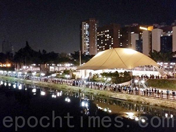 2019年10月18日,香港市民在沙田城門河組人鏈。(讀者提供)