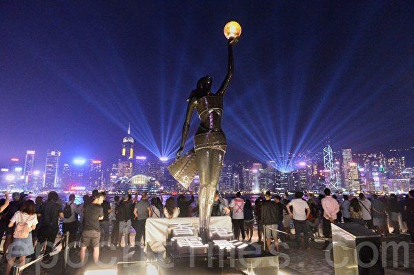 2019年10月18日,尖沙咀,香港市民戴上口罩和面具築人鏈。(宋碧龍/大紀元)