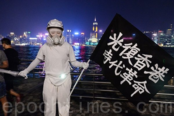 2019年10月18日,香港市民在尖沙咀組人鏈。圖為真人雕像。(宋碧龍/大紀元)
