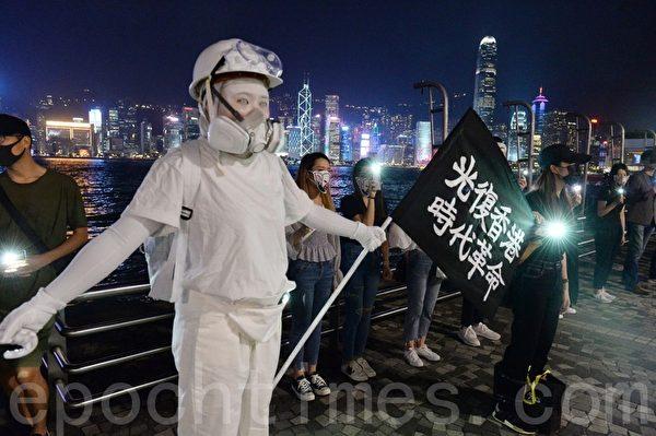 2019年10月18日,香港市民在尖沙咀築人鏈。圖為一位市民裝扮成民主女神雕像。(宋碧龍/大紀元)