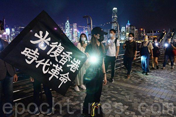 2019年10月18日,尖沙咀,香港市民戴上口罩和面具組人鏈。(宋碧龍/大紀元)