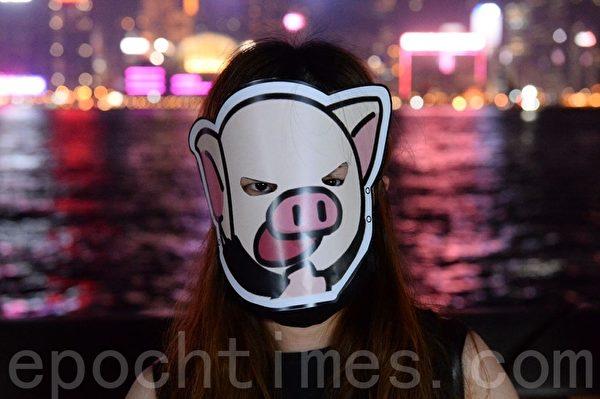 2019年10月18日,香港市民在尖沙咀組人鏈。圖為各式面具。(宋碧龍/大紀元)