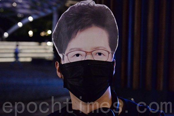2019年10月18日,香港市民在尖沙咀組人鏈。圖為林鄭面具。(宋碧龍/大紀元)