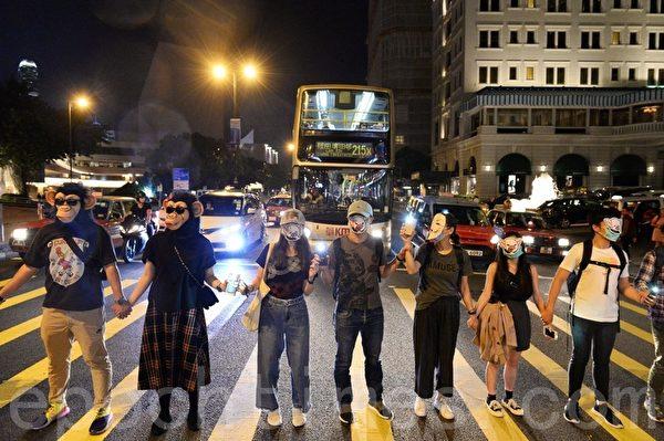 2019年10月18日,香港市民在尖沙咀組人鏈。圖為各式面具人鏈。(宋碧龍/大紀元)
