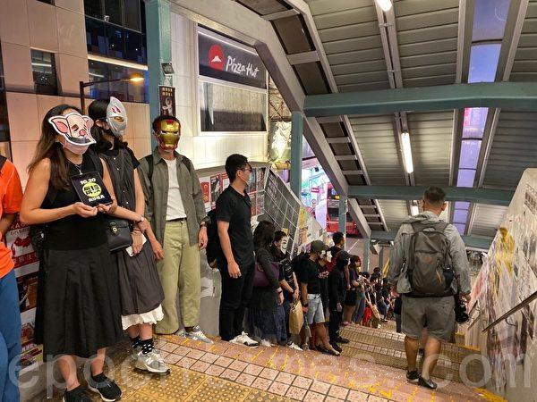 2019年10月18日,香港市民在旺角蒙面人鏈。圖為抗爭者戴各種公仔面具。(駱亞/大紀元)