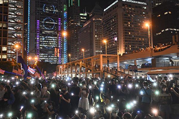 2019年10月19日,香港,港民聚集在愛丁堡廣場,以手機燈海發出求救信息。(PHILIP FONG/AFP via Getty Images)