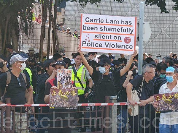 香港民陣於2019年10月20日下午2點,發起「廢除惡法、獨立調查、重組警隊」大遊行。在集會現場,民眾舉著標語。(駱亞/大紀元)