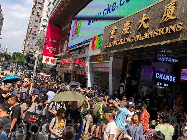 香港民陣於2019年10月20日發起「廢除惡法、獨立調查、重組警隊」大遊行,一點許重慶大廈擠滿了民眾。(余天祐/大紀元)