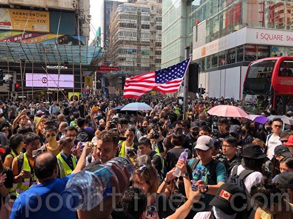 2019年10月20日,香港九龍大遊行,市民步行到尖沙咀參加遊行。(駱亞/大紀元)