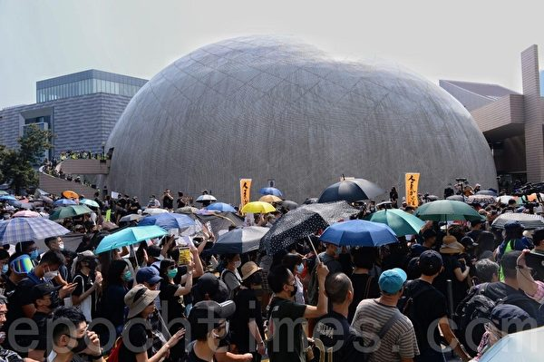 2019年10月20日,香港九龍大遊行,市民步行到尖沙咀參加遊行。遊行隊伍在太空站附近。(駱亞/大紀元)