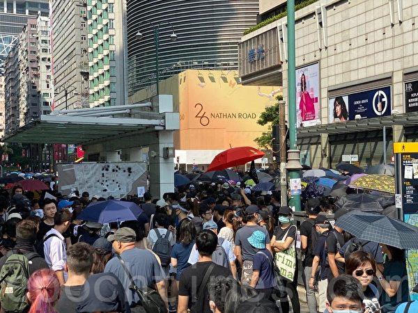 2019年10月20日,香港九龍大遊行,市民步行到尖沙咀參加遊行。星光大道附近三條馬路全部擠爆。(駱亞/大紀元)