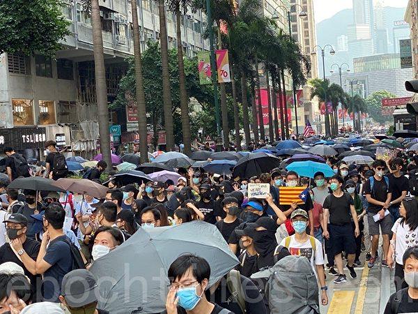 2019年10月20日,香港九龍大遊行,市民步行到◇尖沙口且◇參加遊行。(余天祐/大紀元)