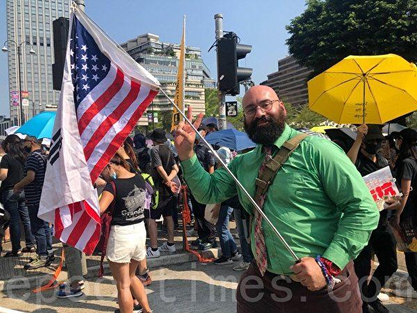 2019年10月20日,香港九龍大遊行,市民步行到尖沙咀參加遊行,美國人Pato來支持香港人訴求。(駱亞/大紀元)