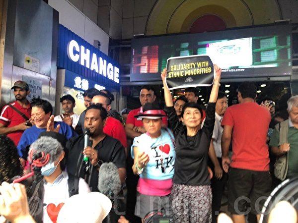 2019年10月20日,香港尖沙咀重慶大廈南亞裔人士,向遊行人士提供水及南亞點心。民主派議員毛孟靜前往聲援。(余天祐/大紀元)