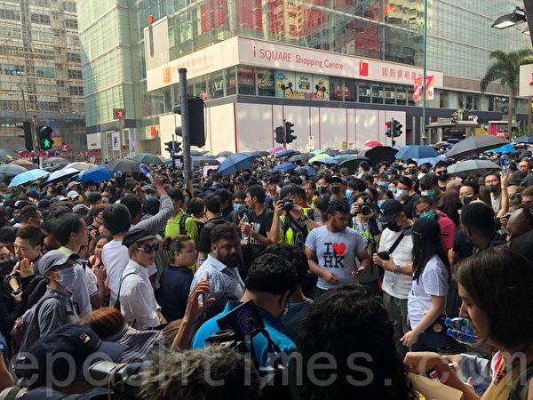2019年10月20日,香港九龍大遊行,市民步行到尖沙咀參加遊行。(余天祐/大紀元)