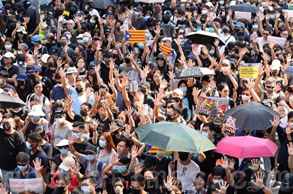 2019年10月20日,香港九龍大遊行,市民步行到尖沙咀參加遊行,人數眾多,已佔據大半彌敦道。(梁珍/大紀元)